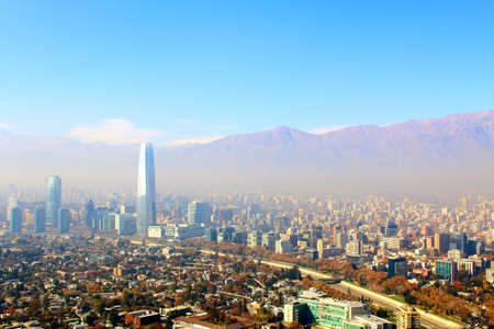 Santiago 金融地区、早朝の霧の下でチリの首都の高層ビルの空中写真