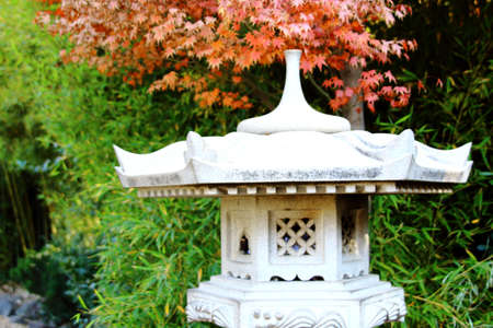 A Stone Lantern And The Garden With Maple. japanese gargen in santiago de chile Standard-Bild