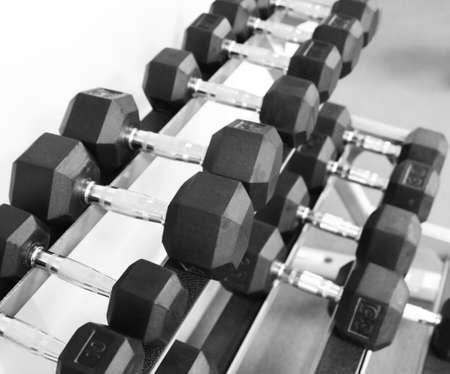 pesas: Fitness ejercicio equipo pesas con mancuernas en el fondo blanco.
