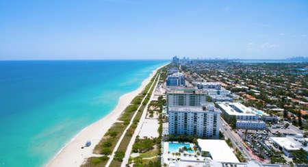 サーフサイドのマイアミのフロリダ。オーシャン フロントのレジデンス。空中の風景パノラマ ビュー。