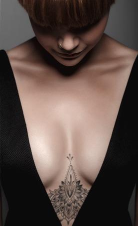 mujer con rosas: Muchacha mojada atractiva caliente con el tatuaje en negro