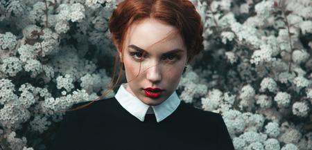 kapelusze: Ładna dziewczyna z kręconymi redhair