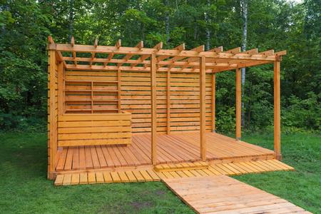 公園でスケルトンの木製ガゼボ
