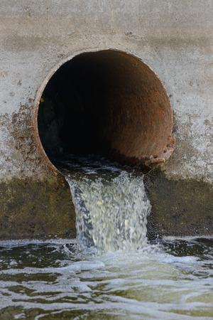 Drenaje de aguas residuales o tubería de drenaje con fugas de agua Foto de archivo