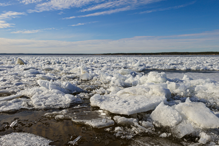 ice drift on the river on a bright sunny spring day Zdjęcie Seryjne