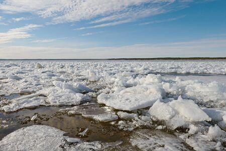cracked ice on a broad river on a spring sunny day Zdjęcie Seryjne