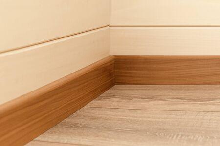 Raumecke mit Wänden, Sockelleisten und Naturholzboden Standard-Bild