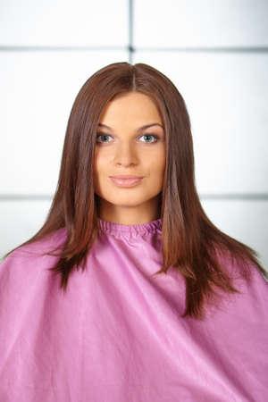 Friseur Junge Frau im Haarschneide Kleid