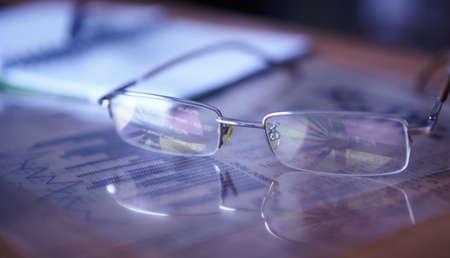 Glasses on the charts  Pie chart on reflection  Zdjęcie Seryjne