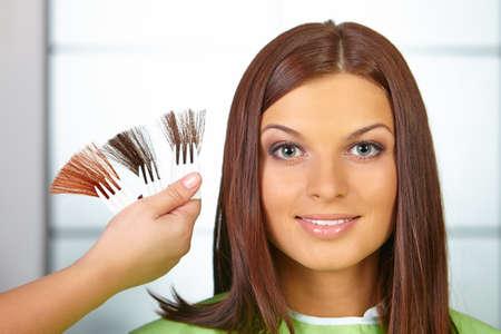 tinte cabello: Peluquería. Mujer choses color del tinte.