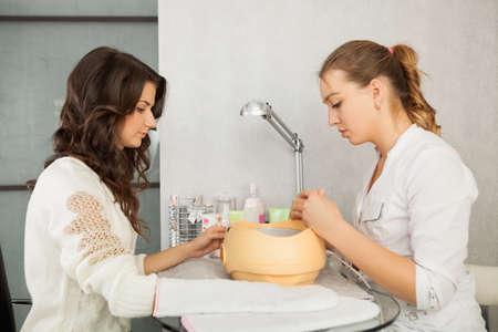 paraffine: Spa salon. Manicure. Paraffine handbad. Stockfoto