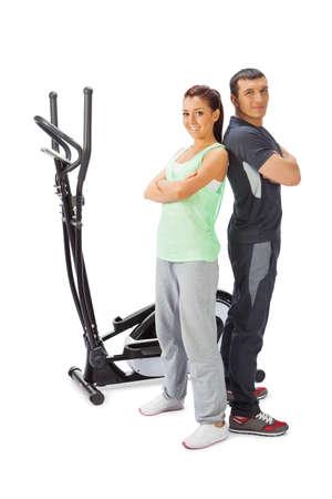 eliptica: Hombre joven y mujer con el amaestrador cruzado el�ptico.