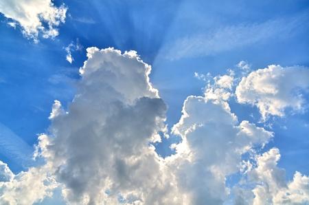 Nubes girando el cielo, pero el sol a�n va tirarlos Foto de archivo