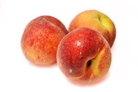 Peaches establecidas en el fondo blanco aislado
