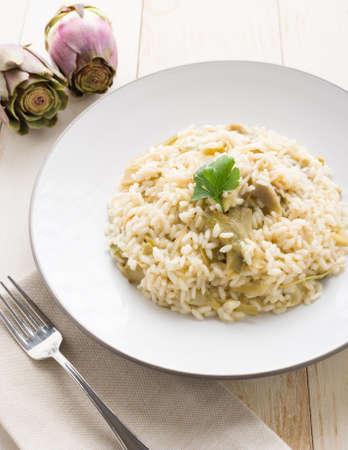 mediterraneo: Risotto carciofi, piatto cucina italiana vegetariana