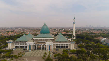 aerial view mosque in Indonesia Al Akbar in Surabaya, Indonesia. beautiful mosque with minarets on island Java Indonesia. mosque in an asian city Standard-Bild - 115258192