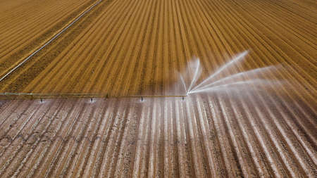 machine d'irrigation des cultures à vue aérienne utilisant un système d'arrosage à pivot central. Un pivot d'irrigation arrosant les terres agricoles. Système d'irrigation arrosant les terres agricoles.