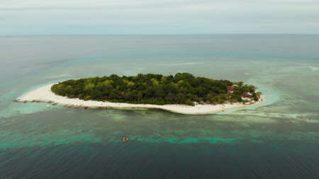 Tropical island Mantigue and sandy beach surrounded by atoll coral reef and blue sea, aerial view. Small island with sandy beach. Summer and travel vacation concept, Camiguin Philippines Mindanao Stok Fotoğraf