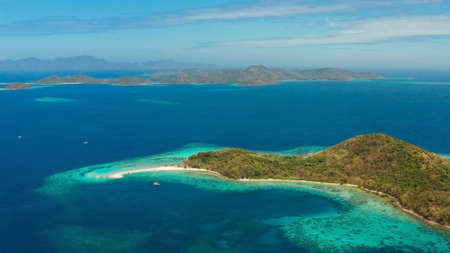 tropical island with blue lagoon, coral reef and sandy beach. Ditaytayan, Palawan, Philippines. Islands of the Malayan archipelago with turquoise lagoons. Stok Fotoğraf