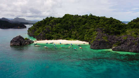 Tropical island with sandy with tourists and blue sea, aerial view. Lahos Island, Caramoan Islands, Philippines. Summer and travel vacation concept. Zdjęcie Seryjne