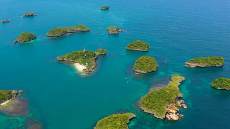 Tropical landscape of the Island with beaches and coves in the turquoise waters in the national Park hundred Islands, Pangasinan, Philippines. Summer and travel vacation concept Banque d'images