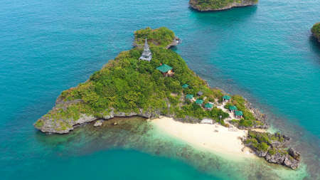 Tropical island with a sandy beach top view. Lopez Island, Hundred Islands National Park, Pangasinan, Philippines. Alaminos. Summer and travel vacation concept Banque d'images