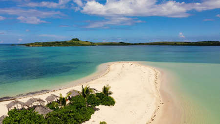 Tropical island with palm trees and a white sandy beach. Caramoan Islands, Philippines. Beautiful islands, view from above. Summer and travel vacation concept. Cotivas Island Cottage. Banque d'images