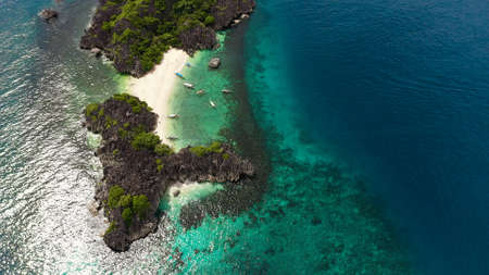 Beautiful tropical beach with tourists and boats, aerial drone. Lahos Island, Caramoan Islands, Philippines. Summer and travel vacation concept. Banque d'images