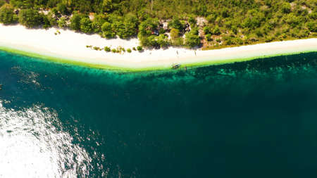 Tropical island with sand beach, top view. Great Santa Cruz Island in Zamboanga city. Mindanao, Philippines. Zdjęcie Seryjne