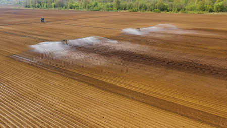 aerial view crop irrigation machine using center pivot sprinkler system. An irrigation pivot watering agricultural land. Irrigation system watering farm land. Stockfoto