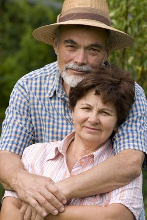 couple enlac�: Happy couple �g� qui englobe l'ext�rieur  Banque d'images