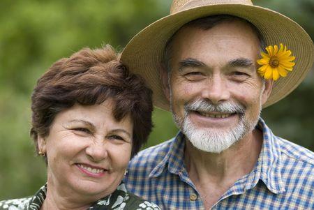 ancianos felices: Feliz pareja de edad avanzada que abarca al aire libre