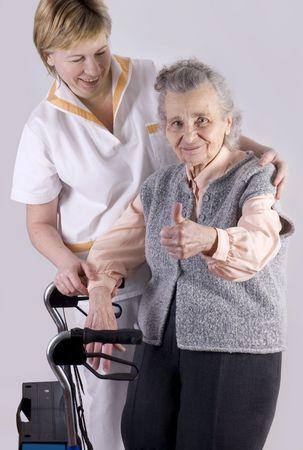 Personal de salud, ayudando a anciana  Foto de archivo - 2357855