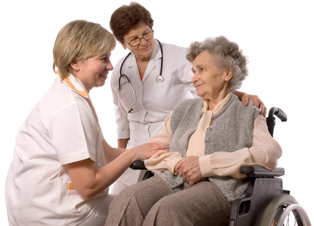 persona en silla de ruedas: Los trabajadores de la salud y la anciana en silla de ruedas