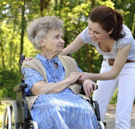 paraplegic: Senior vrouw in een rolstoel met haar kleindochter