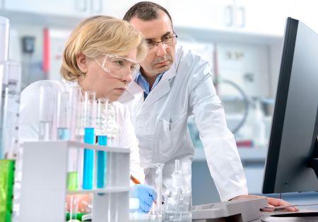 investigador cientifico: grupo de cient�ficos que trabajan en el laboratorio Foto de archivo