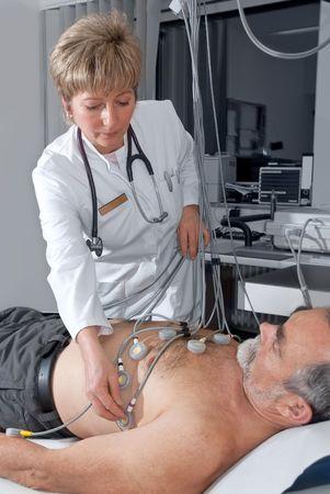 electrocardiograma: m�dico hace que el paciente anciano listo para prueba de EKG