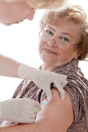 vacunacion: femenino senior recibir una inyecci�n contra la gripe porcina
