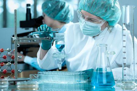 bata de laboratorio: cient�ficos que trabajan en el laboratorio Foto de archivo
