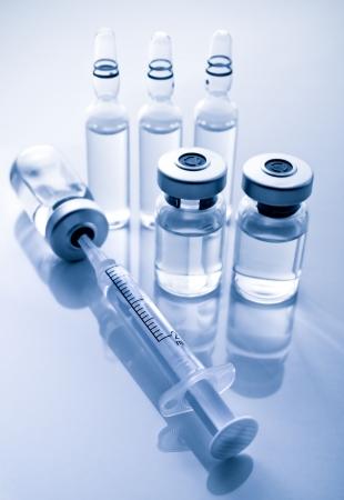 vacunaci�n: Una jeringa con drogas inyectables Foto de archivo