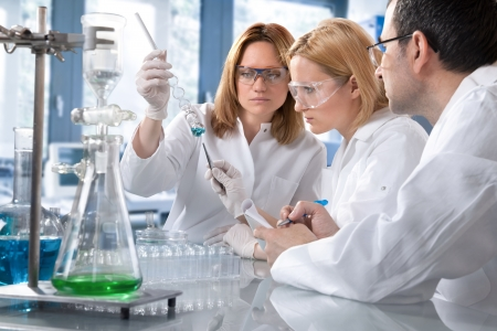 examenes de laboratorio: Grupo de estudiantes trabaja en el laboratorio
