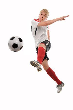 Striker: Gracz Piłka nożna kopie piłkę samodzielnie na biały
