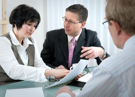 abogado: mujer y su abogado en conversaci�n con el marido durante el proceso de divorcio  Foto de archivo