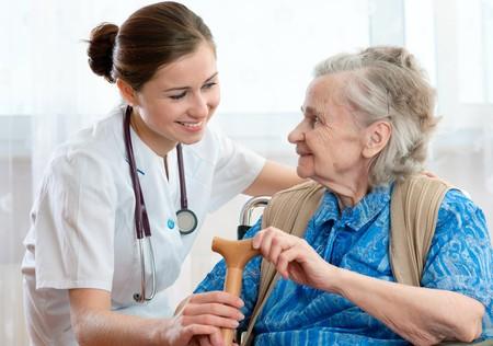 enfermeras: Mujer Senior es visitada por su m�dico o proveedor de atenci�n m�dica  Foto de archivo
