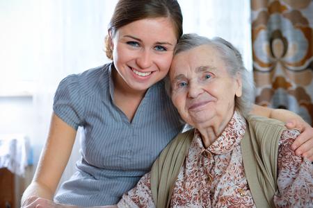 haushaltshilfe: Senior Woman mit Ihrem home caregiver