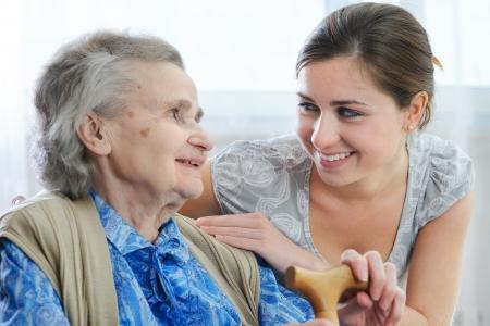 aide a domicile: Femme sup�rieur avec son domicile soignant