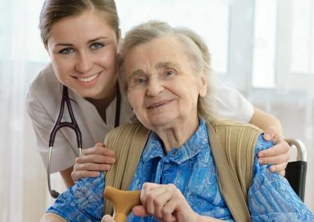 enfermeria: Mujer Senior es visitada por su m�dico o proveedor de atenci�n m�dica  Foto de archivo