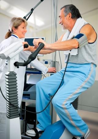 electrocardiograma: Paciente se observa por m�dico - prueba de EKG Foto de archivo