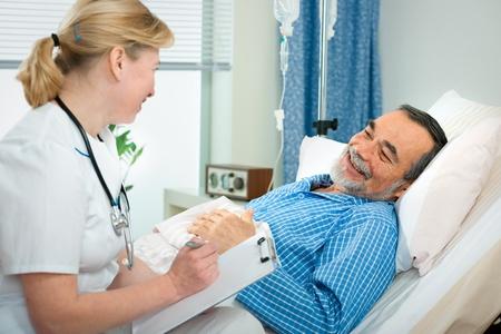 enfermera con paciente: m�dico o enfermera hablando con el paciente en la cama en el hospital
