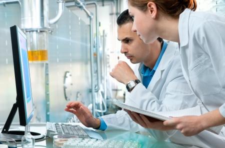 cientificos: Grupo de cient�ficos que trabajan en el laboratorio